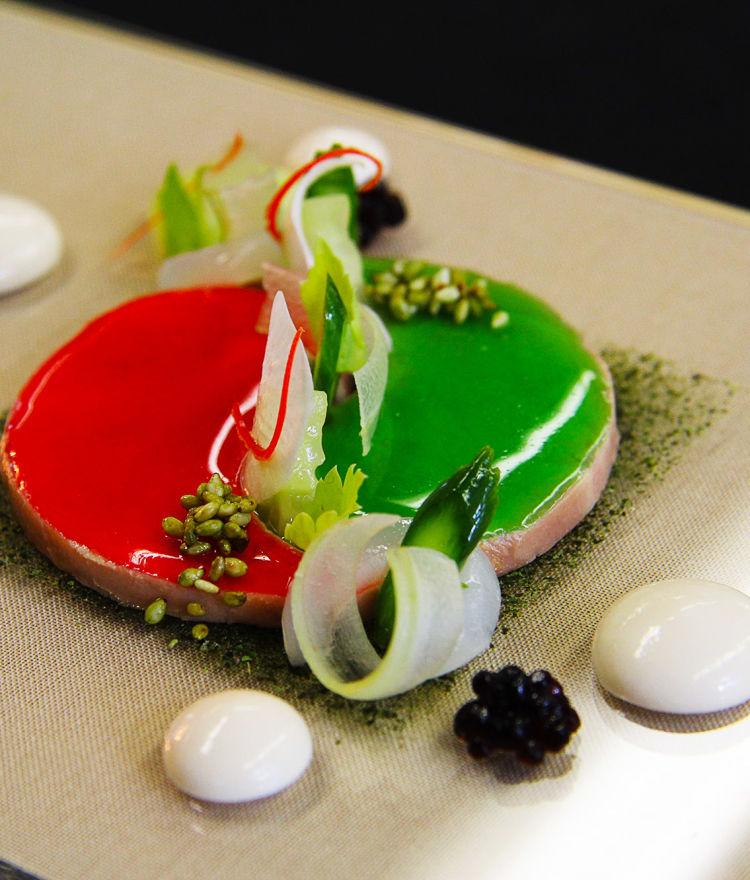Eingelegte Stengel von der Gurkenblüte und Erdnuss-Miso-Creme