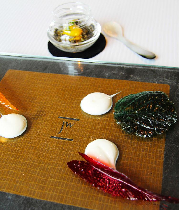 Auftakt: Blätterkrokant / Bergamottejoghurt / Zypressenkaviar