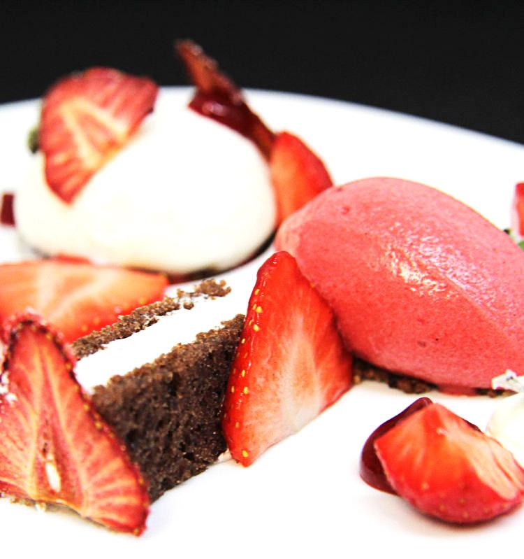 Erdbeere mit Honig-Milchrahm & Joghurt