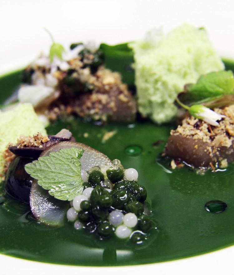 """""""Kräuterwiese"""" Vichyssoise, gefrorener Schmand, Schnecken und –kaviar"""